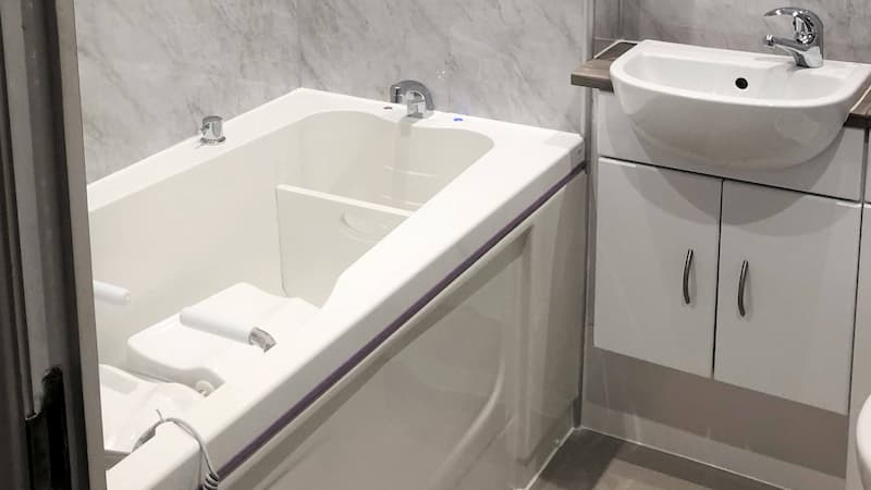 easy access bath with support seat and handles